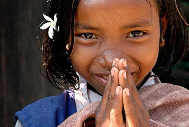 El gran, especial y Divino Saludo Namasté... Yo honro el lugar dentro de tí donde el Universo entero reside. Yo honro el lugar dentro de tí Amor y Luz, de verdad, y Paz. Yo honro el lugar dentro de tí donde cuando tú estás en ese punto tuyo, y yo estoy en ese punto mío, somos sólo uno. NAMASTÉ